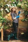 Meisje met een vork die aan een landbouwbedrijf werken royalty-vrije stock foto's