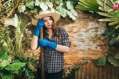 Meisje met een vork die aan een landbouwbedrijf werken stock fotografie