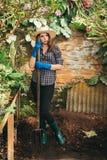 Meisje met een vork die aan een landbouwbedrijf werken stock foto's