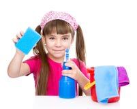 Meisje met een washandje en hulpmiddelen klaar om huis schoon te maken Geïsoleerde Stock Fotografie