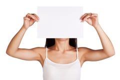 Meisje met een wit blad van document vóór haar fase Stock Foto's