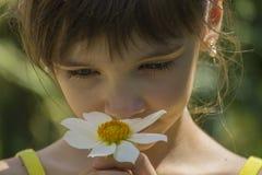 Meisje met een witte bloem Stock Foto