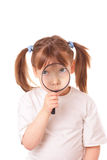Meisje met een zeer groot vergrootglas Stock Afbeeldingen
