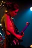Meisje met elektrische gitaar op een scène Stock Afbeelding