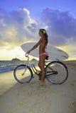 Meisje met fiets en surfplank Stock Foto