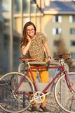Meisje met fietsslot Het slot van fietsu royalty-vrije stock afbeelding