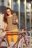 Meisje met fietsslot Het slot van fietsu stock afbeeldingen