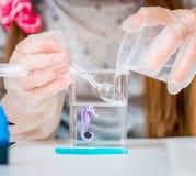 Meisje met flessen voor chemie royalty-vrije stock afbeeldingen