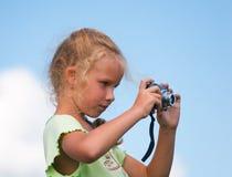 Meisje met fotocamera stock afbeelding