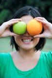 Meisje met fruit Stock Foto's