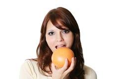 Meisje met fruit stock afbeelding