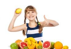 Meisje met fruit Stock Afbeeldingen