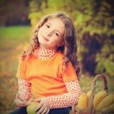 Meisje met fruit in park Royalty-vrije Stock Afbeelding