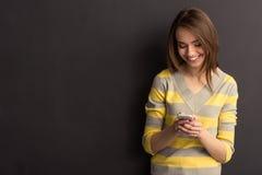 Meisje met gadget Stock Foto