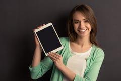 Meisje met gadget Royalty-vrije Stock Afbeeldingen