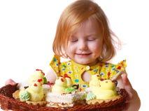 Meisje met gebakje dat op wit wordt geïsoleerdu Royalty-vrije Stock Foto