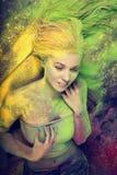 Meisje met gekleurd poeder Stock Afbeelding