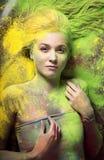 Meisje met gekleurd poeder Stock Foto's