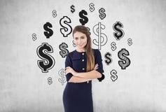 Meisje met gekruiste wapens en concrete dollartekens, Royalty-vrije Stock Afbeeldingen