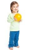 Meisje met gele bal royalty-vrije stock afbeeldingen