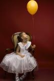 Meisje met gele ballon Stock Afbeeldingen