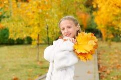 Meisje met gele bladeren Royalty-vrije Stock Afbeelding