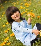 Meisje met gele bloemen Stock Afbeelding