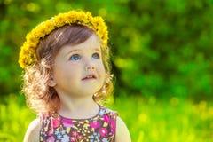 Meisje met gele headwreath  Royalty-vrije Stock Foto's