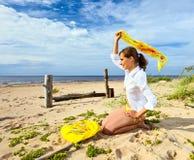 Meisje met gele sjaal. Stock Afbeelding
