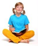 Meisje met geopend boek Stock Fotografie