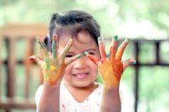 Meisje met geschilderde handen Stock Foto's