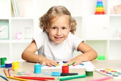Meisje met geschilderde handen Royalty-vrije Stock Fotografie