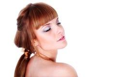 Meisje met gesloten ogen dat op wit wordt geïsoleerde Royalty-vrije Stock Foto's