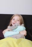 Meisje met gevuld dier Stock Foto