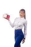Meisje met gift het stellen op een witte achtergrond isoleer stock afbeelding
