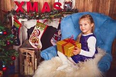 Meisje met gift in Kerstmisruimte royalty-vrije stock foto's