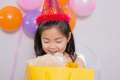Meisje met giften bij haar verjaardagspartij Stock Foto