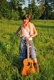 Meisje met gitaar in openlucht Stock Fotografie