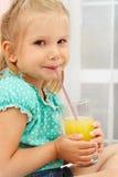 Meisje met glas jus d'orange Stock Afbeeldingen