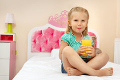 Meisje met glas jus d'orange Stock Afbeelding