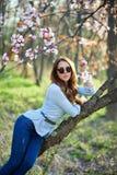 Meisje met glazen in de bomen royalty-vrije stock foto