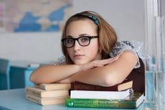Meisje met glazen met boeken Royalty-vrije Stock Fotografie