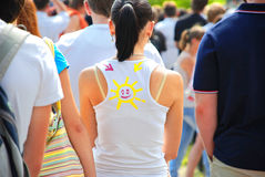 Meisje met glimlach op T-shirt Royalty-vrije Stock Foto's