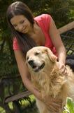 Meisje met gouden retriever Royalty-vrije Stock Fotografie