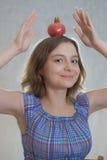 Meisje met granaatappel Stock Afbeeldingen