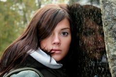 Meisje met graniet royalty-vrije stock fotografie