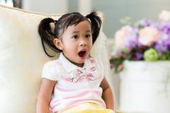 Meisje met grappige gezichtsuitdrukking royalty-vrije stock foto
