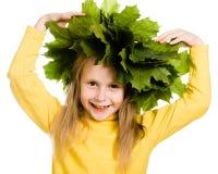 Meisje met groene esdoornbladeren op het hoofd Stock Foto