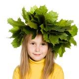 Meisje met groene esdoornbladeren op het hoofd Royalty-vrije Stock Afbeeldingen