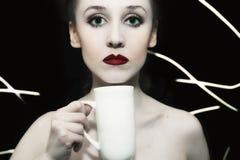 Meisje met groene ogen en rode lippen Stock Afbeelding